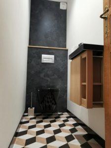 Coin toilettes avec WC suspendu et lavabo