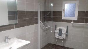 Salle de bain avec équipement pmr