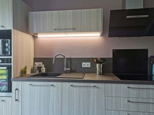 cuisine aménagée moderne meubles clairs plan de travail sombre