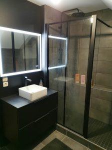 Meuble vasque et lavabo moderne avec douche à l'italienne