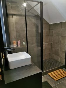 douche à l'italienne avec parois vitrées et montants noirs
