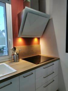 plan de travail bois et hotte dans cuisine moderne