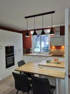 cuisine design blanche et plan de travail bois